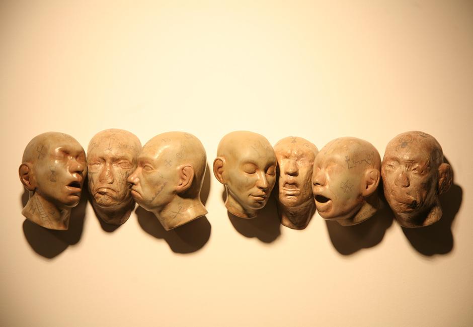 kg-Richard-Stipl_Seven-Head_Ceramic-Objects_Heads_50x10x10cm